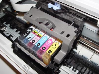 Deze printwagen schuift over de metalen staaf van rechts naar links.