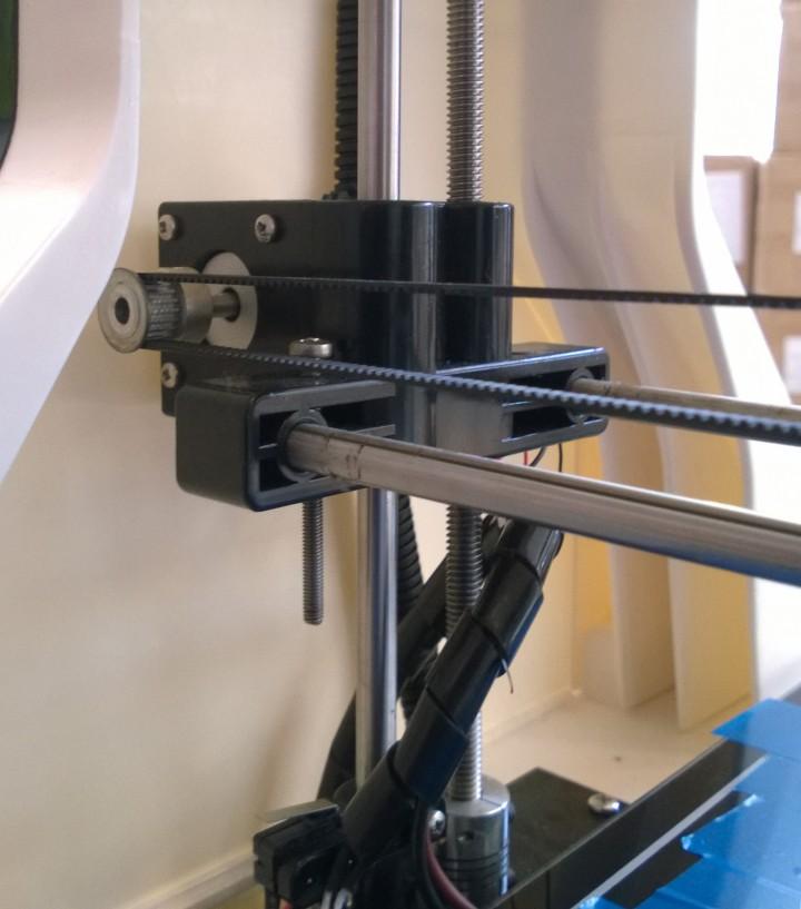 Aan de hand van de grote staven met schroefdraait, verhoog of verlaag je de printkop.