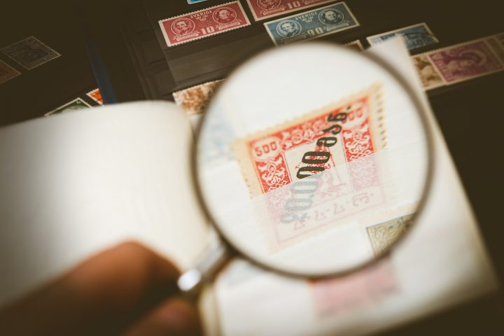 Loep op postzegel - Illustratief