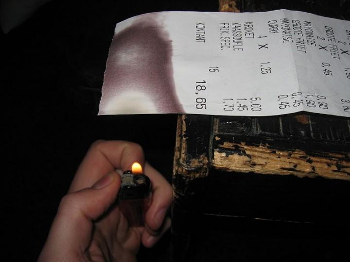Door een warmtebron bij thermisch papier te houden verkleurt het. via